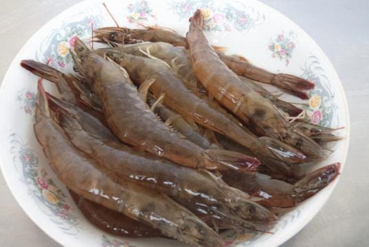 过年吃虾时,去除虾线很麻烦?学会这招,不再为去除虾线而烦恼