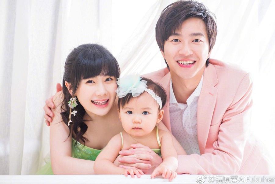 福原爱晒孕期全家福,与女儿穿同色系裙子,江宏杰的笑容很治愈