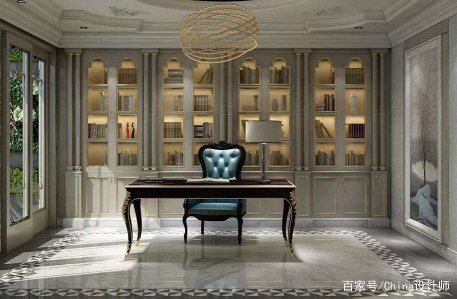 200新古典跃层别墅装修,客厅高颜值设计 ,新古典跃层别墅,在欧式的基调中增加现代装饰的时尚,采用金属材质点缀及蓝色跳色。地面为灰色石材和深色地板,既有现代的质感,也有古典的精致。别墅功能划分充沛,设置两套带独立衣帽间及卫生局的卧室套房,同时配备了娱乐室、影音室及储物间,客厅装修设计效果图 转载自百家号作者:China设计师  雅奢时尚,优雅贵气,诠释欧式新古典主义情怀的别墅设计案例赏析衣帽间装修设计效果图。