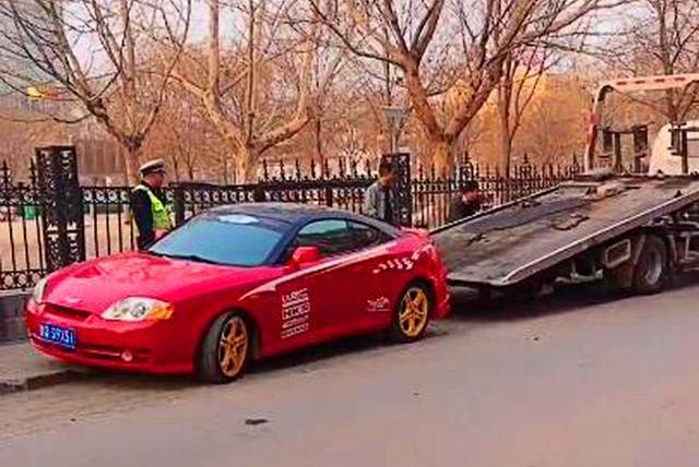 街头偶遇跑车违停直接被拖走,交警告诉你:这些违停车直接拖走