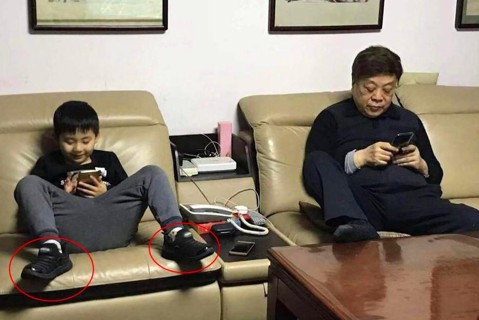 赵忠祥孙子正面照曝光,撞脸邓莎儿子大麟子,玩手机入迷忘脱鞋