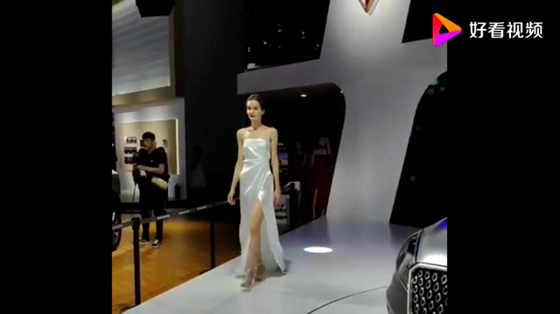 这是我见过最好看的走秀,一袭白裙太仙气了,看一眼就很难忘!