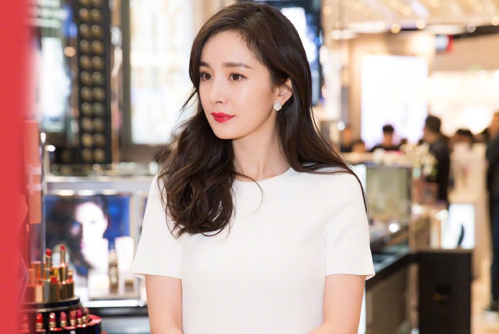 杨幂穿白裙出席活动网友拍摄照曝光,生图与工作室美照对比引热议