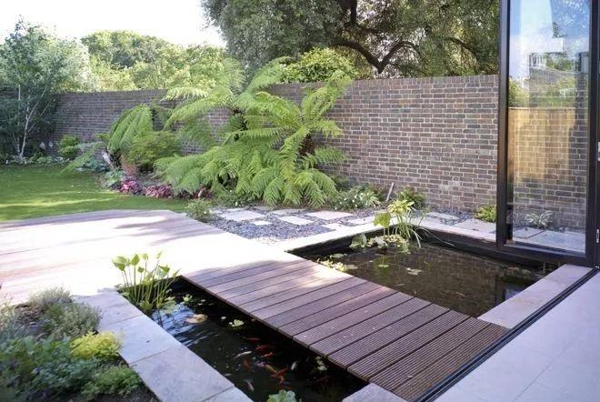 庭院里除了养花种草,还可以造个鱼池,每天逗鱼品茶,像世外桃源