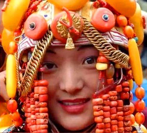 藏族少女戴满琥珀蜜蜡