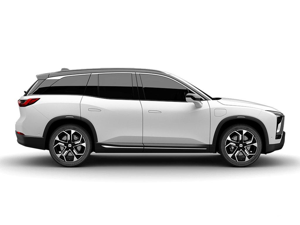 侧身方面的悬浮式的车顶设计让这款车显得格外的上档次,而且整个的图片