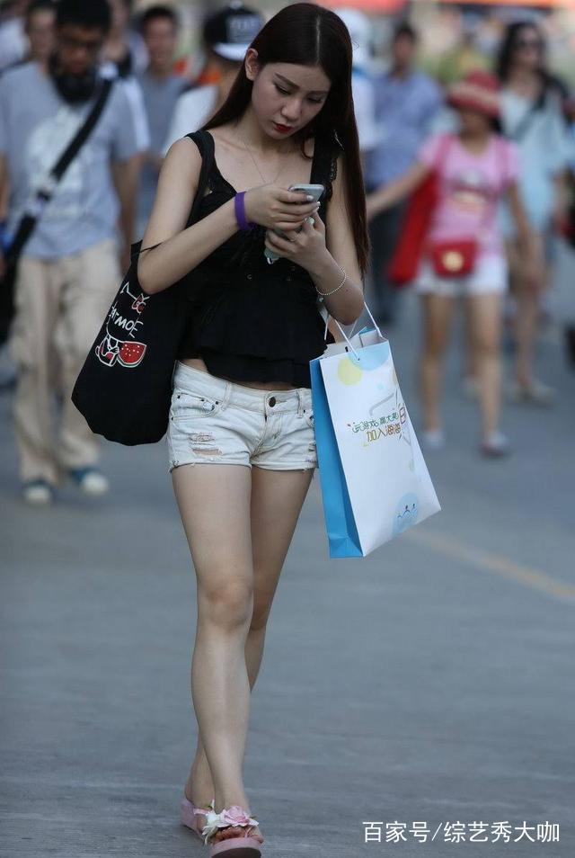 手机观看人体_小美女走路玩手机,瘦小的身体让人心疼