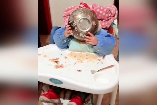 宝宝自己在吃饭,接下来的一幕妈妈不淡定了,网友:洗干净还能要