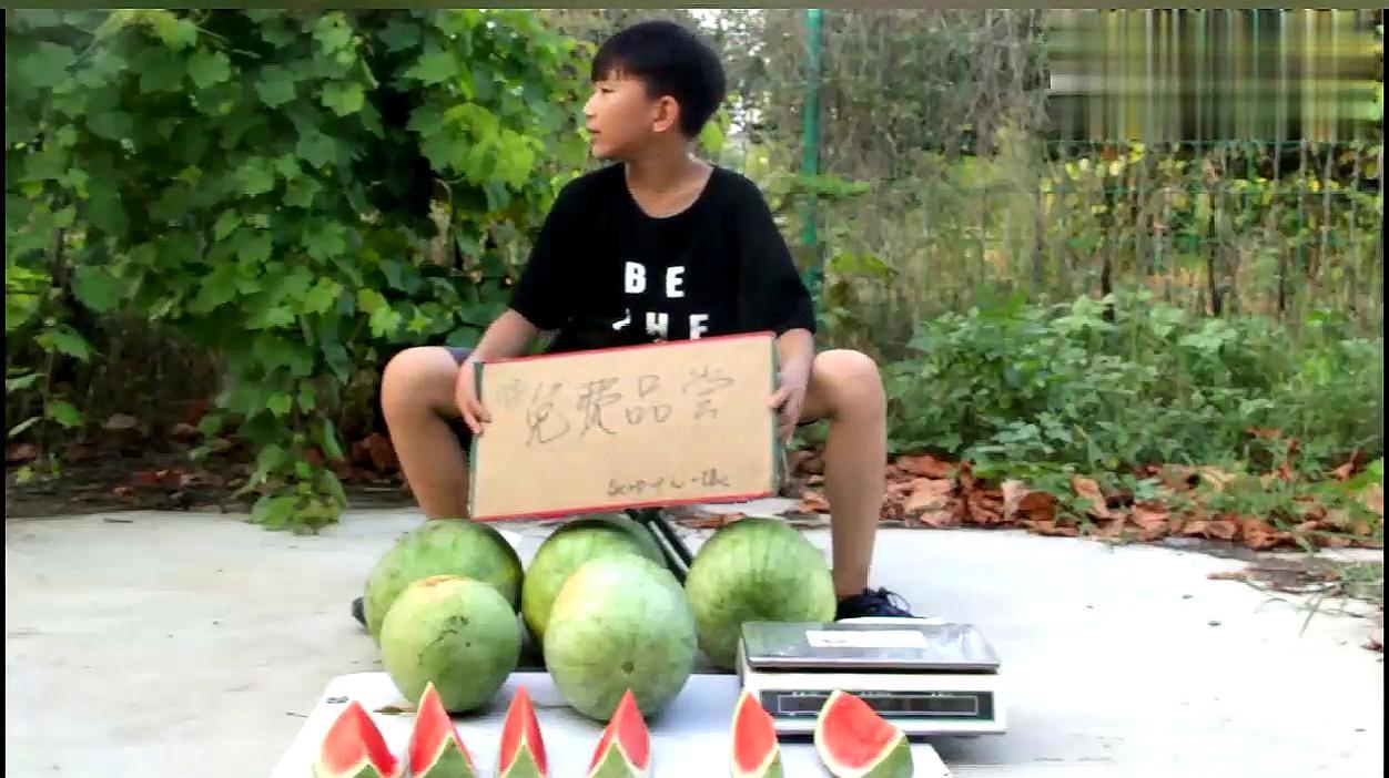 小伙大街上摆设吃西瓜骗局,被机智的小学生整惨了,太搞笑了