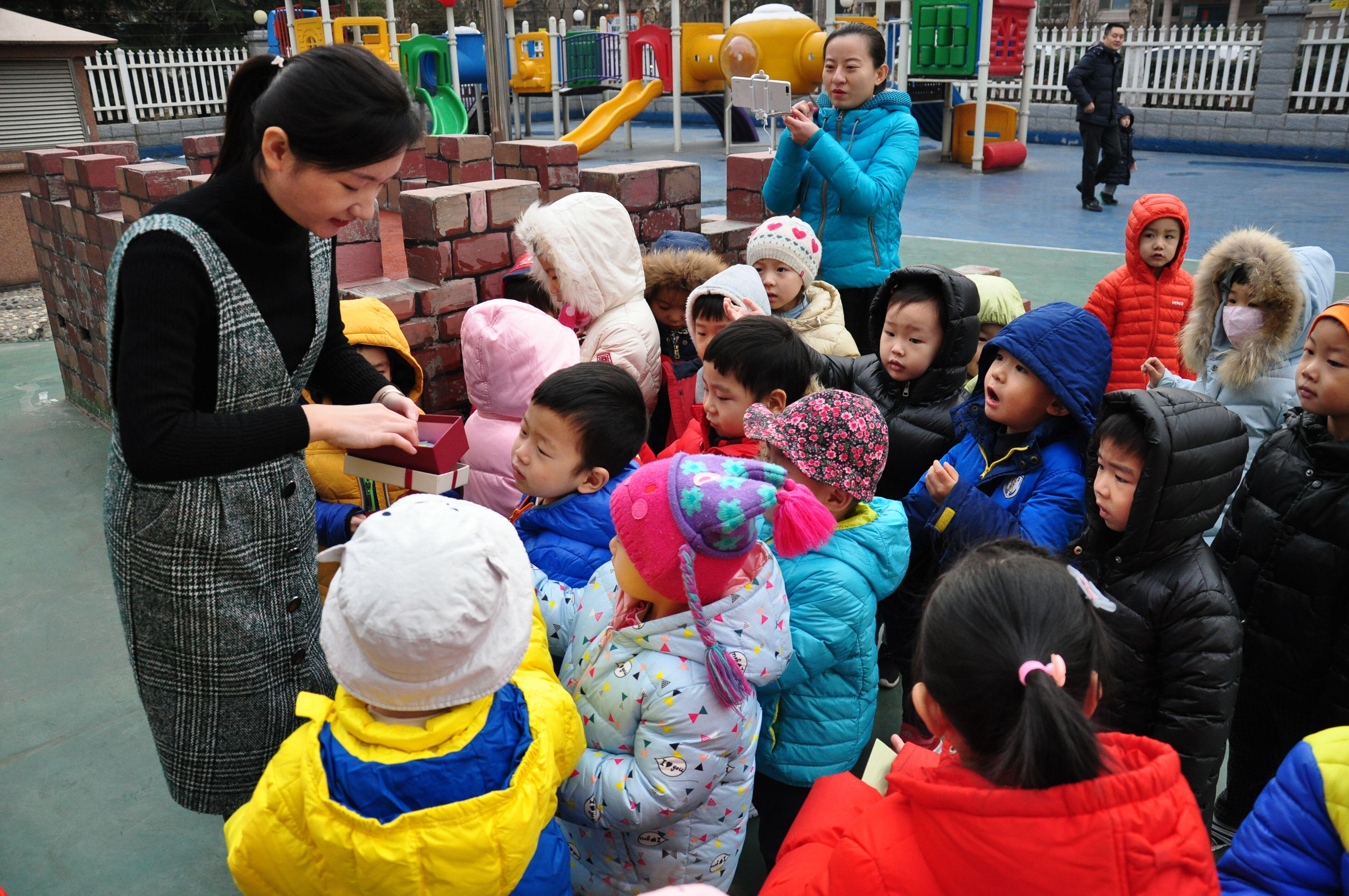 2岁女孩乖乖背书包上幼儿园,放学拉着栏杆不肯回家,网友:绝杀