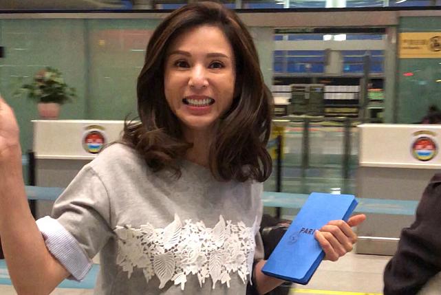 李若彤在机场被围住,双下巴明显衣着朴素,美了半辈子依旧是女神