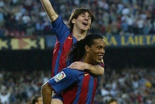 没小罗梅西不会踢球,没哈维梅西不行,没伊涅斯塔梅西就完了……