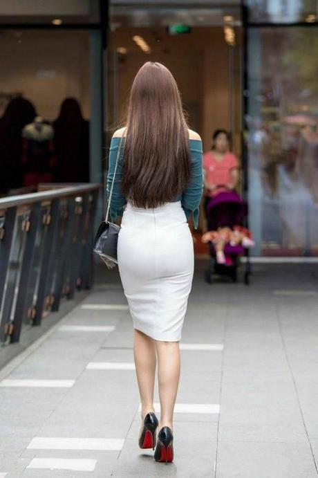 美女背影穿一字肩上衣配包臀裙,心动高清就让人光是.漫画图知性美女图片