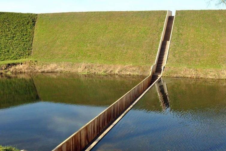 """看图纸把桥造反的工人,建造了世界""""隐形""""桥,游客直呼:太有才"""