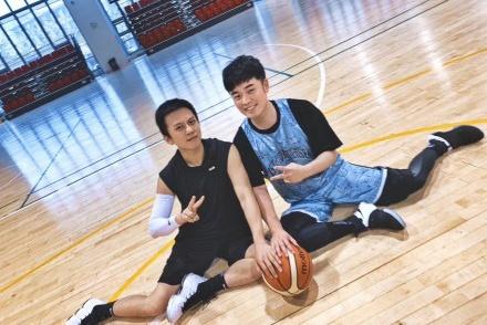 邓超又晒篮球照,这回相约对象是陈赫,称陈赫体重218斤该怎么办