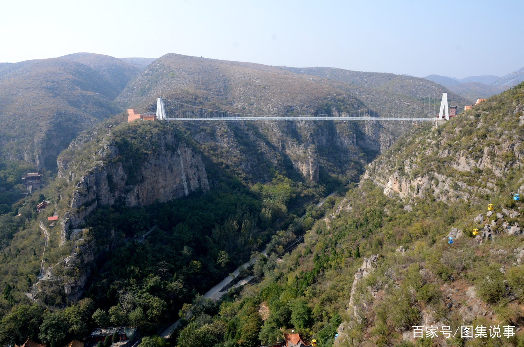 我家孩子听小伙伴说玻璃吊桥很好玩,就告诉我想去看看。于是,周末,我和媳妇,带两儿子来到了鹤壁市古灵山景区。  从我们家安阳市道口镇,开车1个小时就到能到。河南省鹤壁市灵山玻璃吊桥长288米,垂直高度达126米,以奇险、刺激著称,是豫北地区最长的玻璃吊桥。门票30元。  这是别家的孩子,一个男孩看起来有点害怕,用手扶着一边的栏杆,不敢迈步,被一边姐姐嘲笑。  第一次上玻璃吊桥,好奇地低头往下看,双腿确实不由自主地发软。两个孩子却一点也不害怕。他们选择爬着走,只是觉得好玩。爬一阵,站起来跑一阵,玩的很开心。