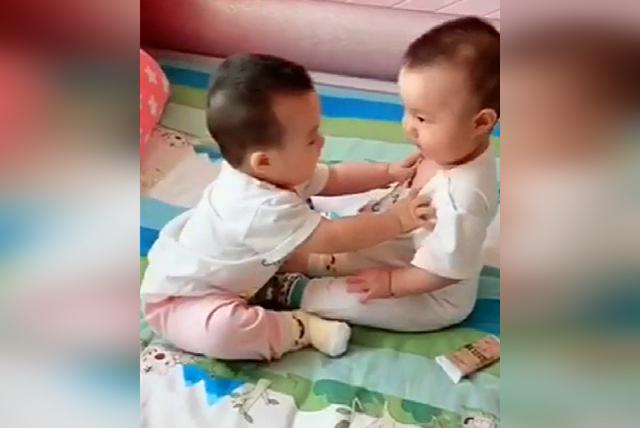妈妈以为双胞胎要打架,没想到哥哥竟亲了弟弟一下,网友:暖心