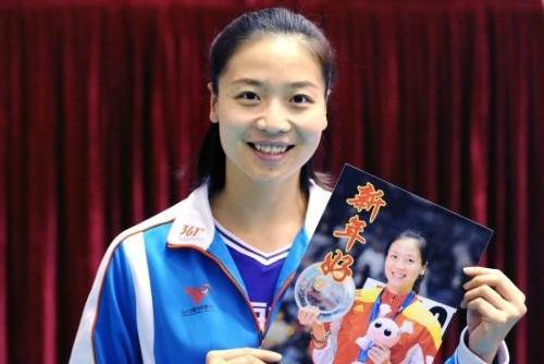 她曾任女排队长,助梦里约奥运夺冠,退役后家庭幸福,今身居高职