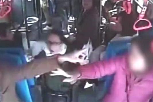醉酒男子在公交车上耍酒疯,骚扰女乘客、殴打70多岁的老奶奶
