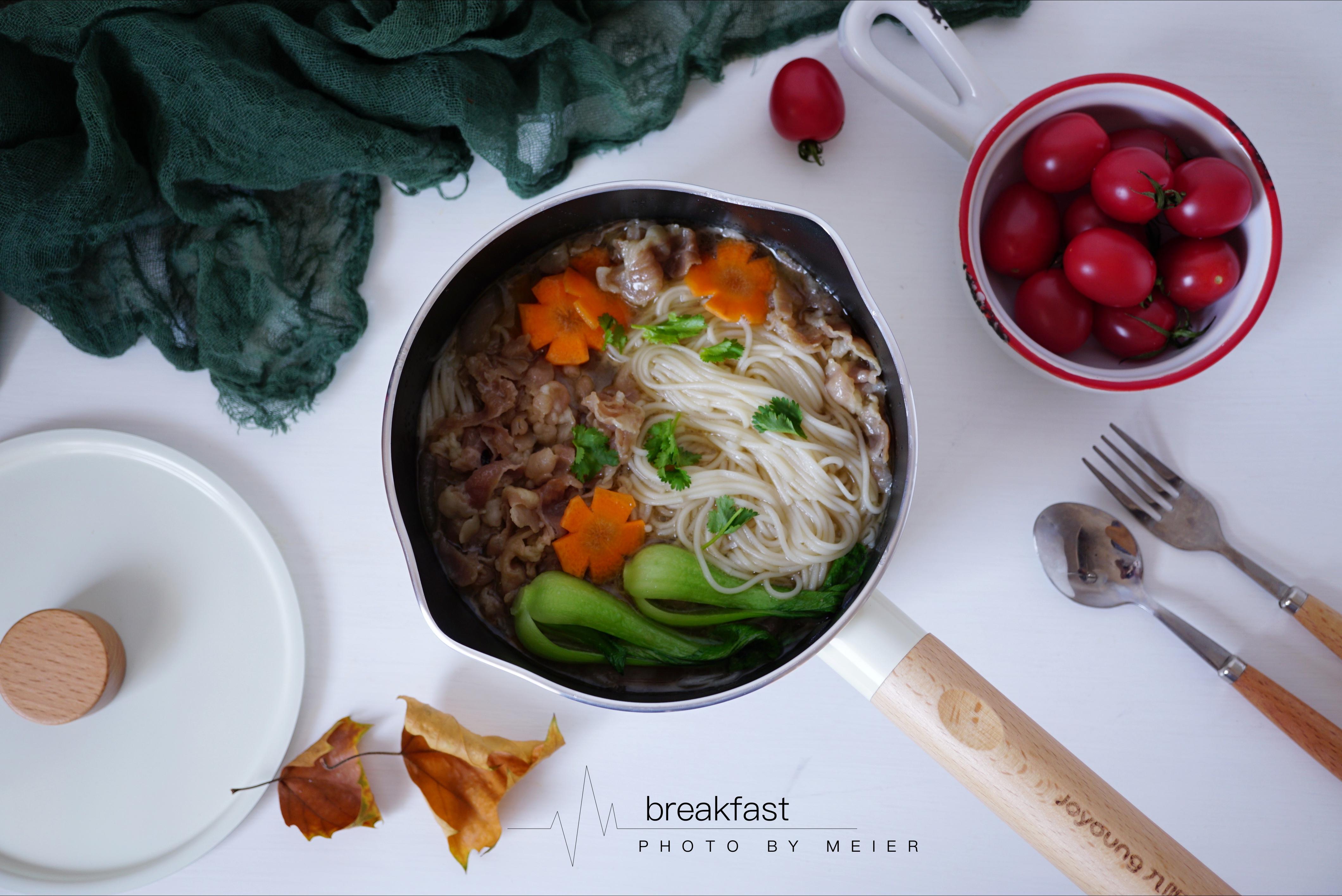 制作过程: 1,羊肉卷提前化冻,洋葱切小块,胡萝卜切薄片后再切花刀