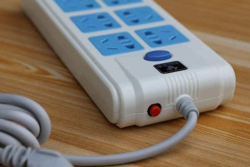 插排上有个红色按钮,没事不要乱按!听电工一解释,才知道用很大