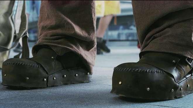 小伙为练铁腿功,一双百斤铁鞋穿了十年,当脱鞋的那一刻不敢想象