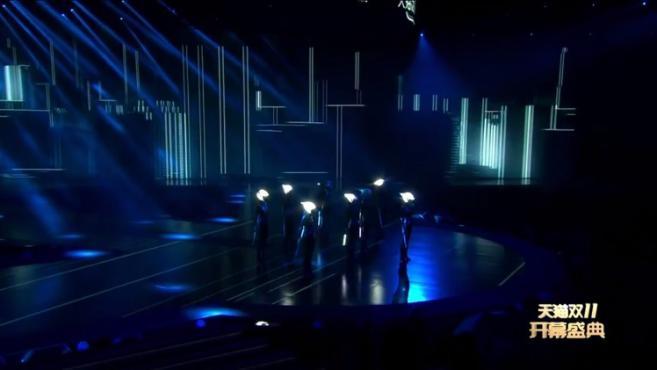 天猫双11开幕盛典:机车少女登场,衣服搭配上灯光师,真是一绝