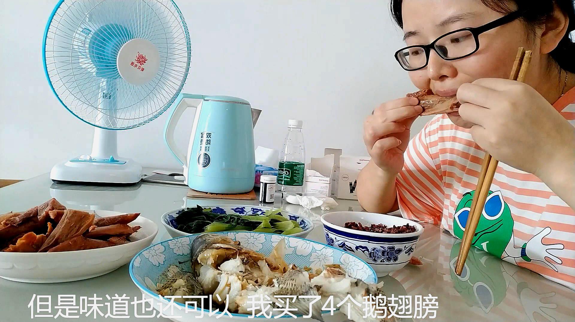 6个月孕妈小梦在家蒸鲈鱼吃 吃鱼对控制血糖没有影响