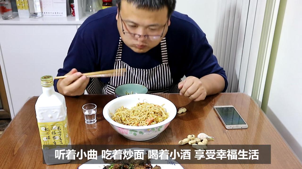 一个人的晚饭:2块钱的鲜面条炒一大碗,炒面做下酒菜喝了3两白酒