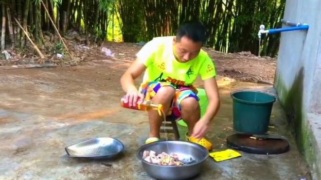 农村小伙这样吃火锅太给力了,十几个人围着一口锅,都没有压力