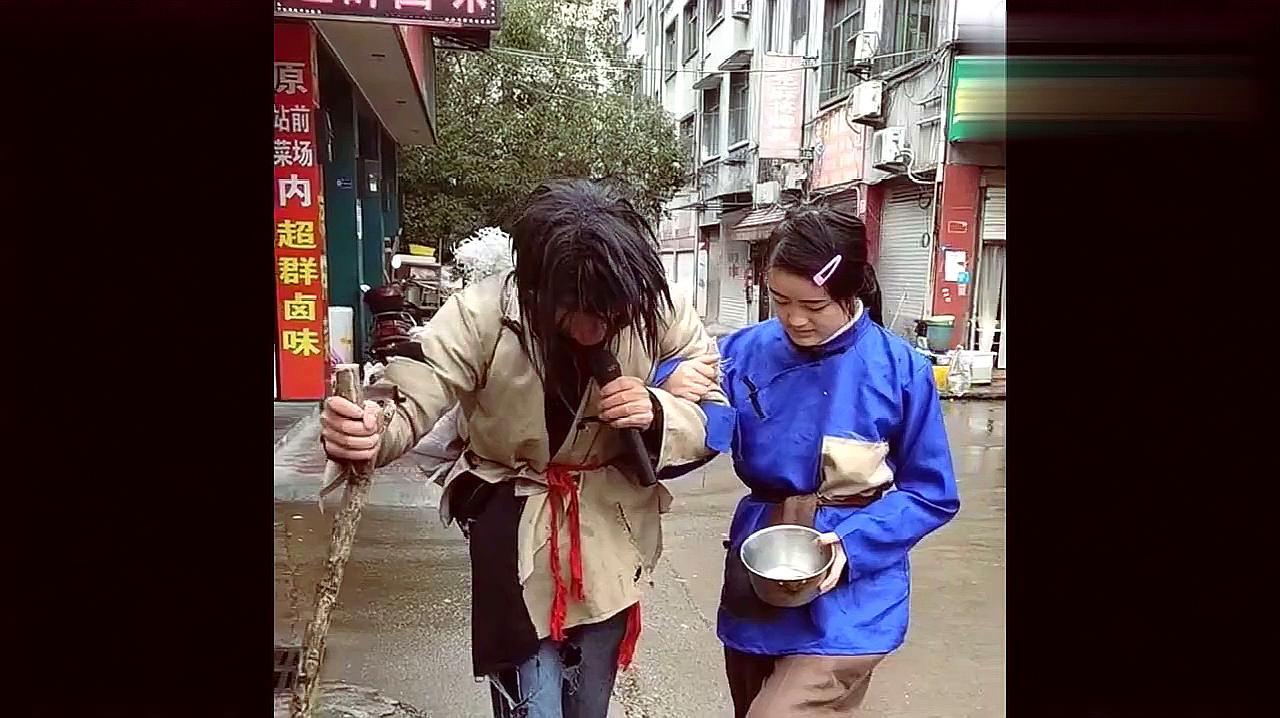 在街头流浪的乞丐歌手,一开口瞬间把我吓到了,实力堪比专业歌手
