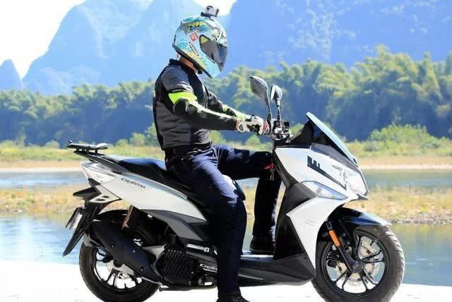 卖16800元配单缸水冷,电喷供油标配ABS,国产休旅踏板车