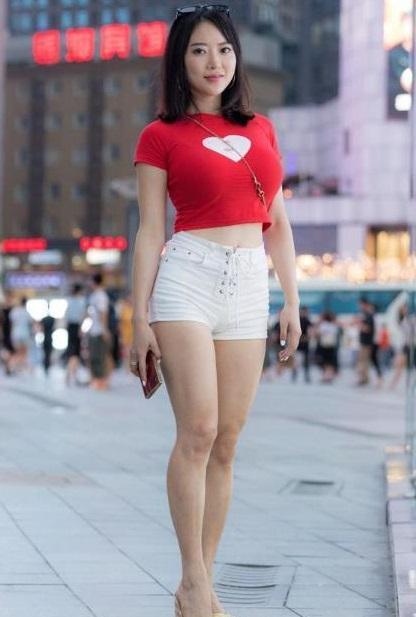 少妇�9�+_街拍:凹凸有致的美少妇,身材近乎完美,气质更显优雅