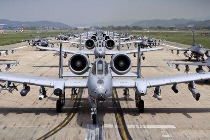 美军大秀肌肉,24架F22大象漫步气势逼人,如今我军也学会这招