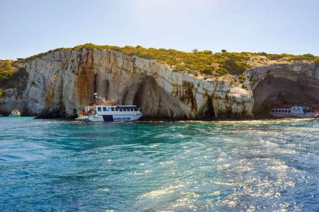 世界上6个声名狼藉,但是风景却美如画的地方,恍若仙境 波尔图海滩(扎金索斯)  这里没有海滩,只有令人难以置信的碧绿海水,在你从岩石上跳下来之后,鱼群会出现并与你一起游泳。 日光浴床的景色简直令人惊叹,所以要准备好,你会看到船只和一些勇敢的冒险者在你眼前攀爬岩石。 还有一个可以从水中探索的海湾,波尔图酒店提供很多日光躺椅,提供各种传统的希腊美食和饮品。 马拉松尼斯  马拉松尼斯因其海龟而闻名,它们在岛上的某些海滩上产卵。 乘船游览马拉松尼斯(也称为龟岛),可以观看这些神奇的生物游到水面,并且快速呼吸空气。