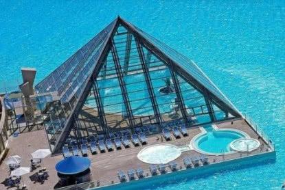 全球最贵游泳池,维护费每年花400万美元,游泳一次跟换血一样