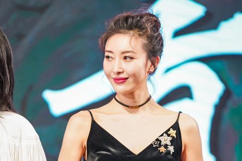周知同框刘青云,女人味十足的吊带裙,穿出胸部以下全是腿的感觉