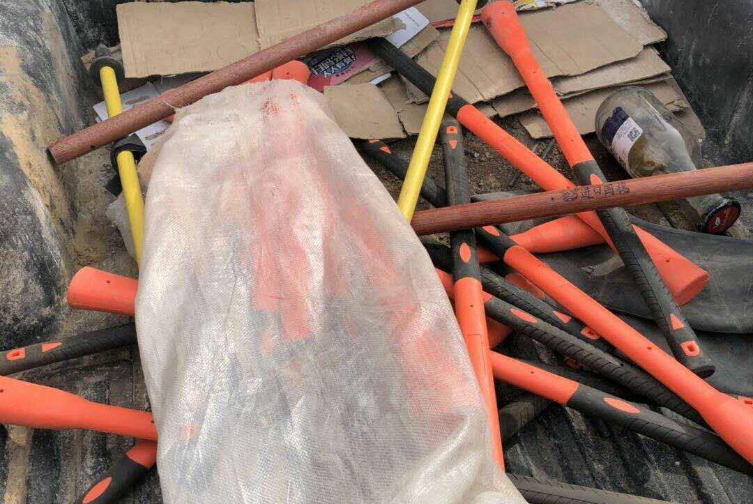 朝阳村民与铁路施工人员冲突,打人者手持棍棒,被带回派出所调查