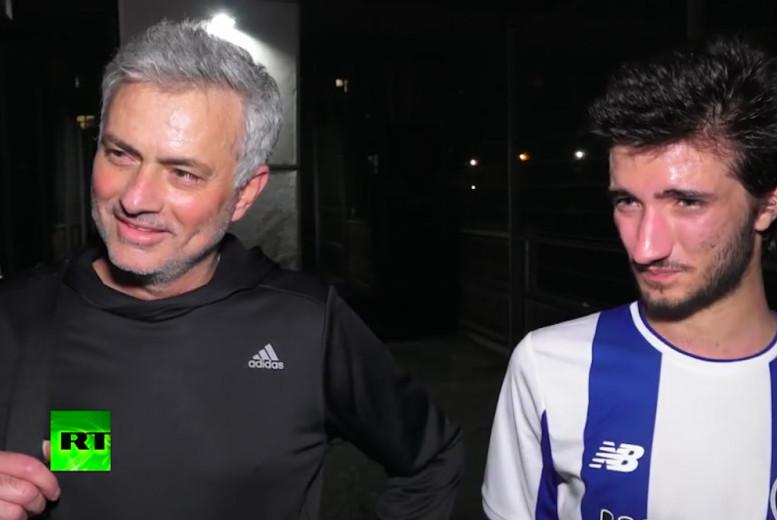 待岗人员穆里尼奥陪儿子踢球 在场上踢后卫 是为了更好指挥球队
