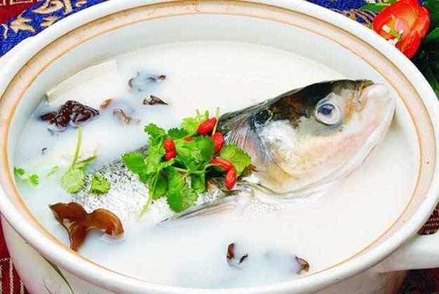 炖出来的鱼汤寡淡还发腥?奶奶用了几十年的老方法,鱼汤浓白好喝
