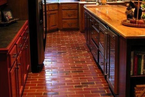 """这些地方用""""红砖""""来铺地板,美观防滑还耐脏,网友:太有想法了"""
