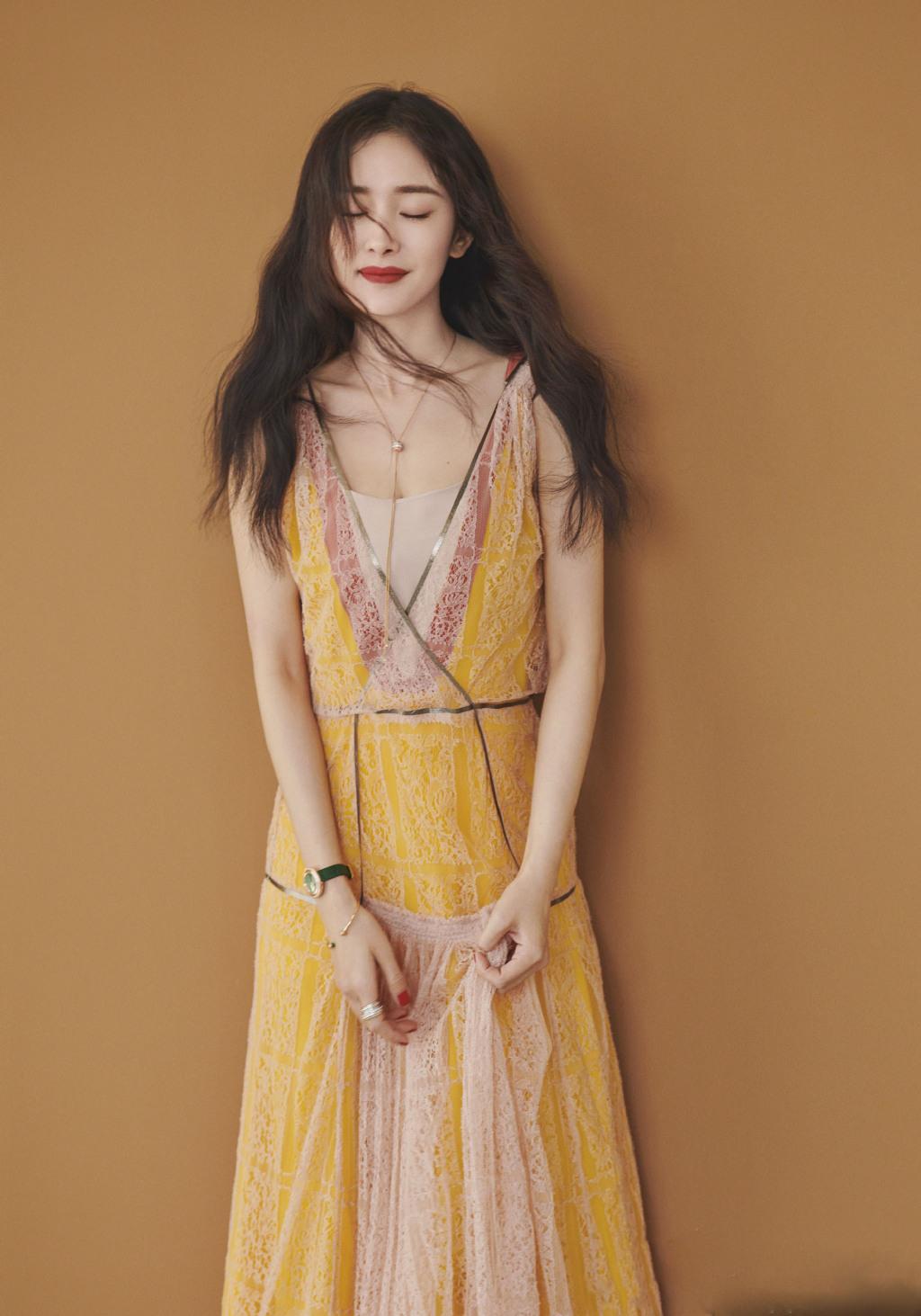 杨幂黄色照_杨幂光着脚也要穿的这条黄色连衣裙,裙子是吊带裙的款式,领口是v领的