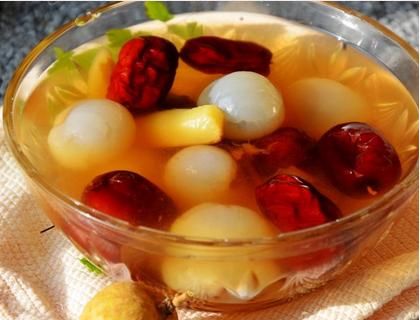 三,黄芪红枣桂圆汤 食材:黄芪30克,党参30克,红枣30克,桂圆十克 做法