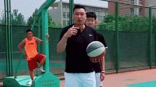 篮球内线连续转身技术教学,快跟着大叔学起来,很实用啊!