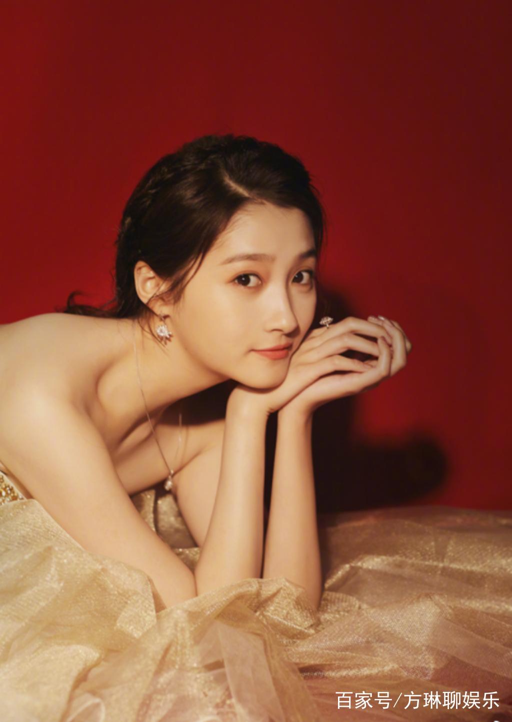 关晓彤亭亭玉立的形象深入人心,她从国民闺女变身最具潜力演员