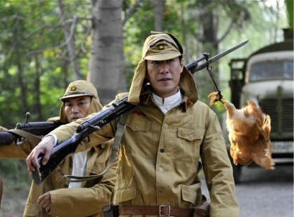 二战时日军为啥在帽子旁挂两道帘?别小看,数万日军因此得救