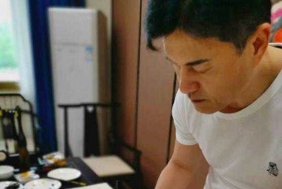 """被演员耽误的""""画家"""",63岁吕良伟秀书法才艺,画的熊猫惟妙惟肖"""