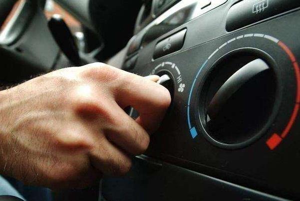 开车在路上发现水温过高,新手常常选择停车熄火,但却是错误做法