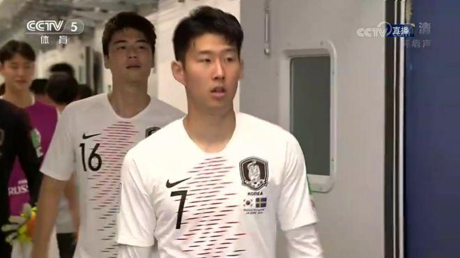 韩国队入场,当家球星孙兴民表情放松