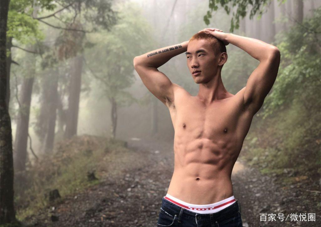 个性有范的单眼皮肌肉男模来袭,精瘦的八块腹肌尽显运动魅力!